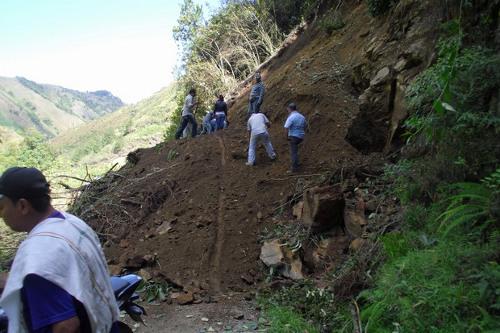 n aspecto del taponamiento por el alud de tierra en la vía que conduce de Neiva a San Vicente del Caguán, a la altura de Balsillas, Caquetá.