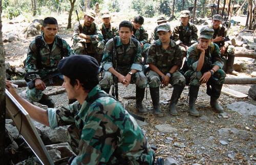 Guerrilleros de las Farc en actividades de estudio en sus campamentos. Foto archivo
