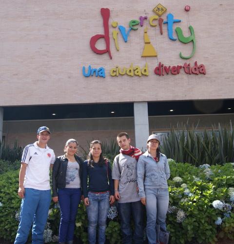 De derecha a izquierda Claudia Serna, secretaria general; César Castro, presidente; Luisa Díaz, fiscal y dos dirigentes más de Sintradivercity. Foto J.C.