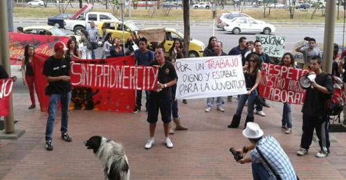 En una de las entradas principales al centro comercial, los protestantes arengaron y recibieron el apoyo de los visitantes.