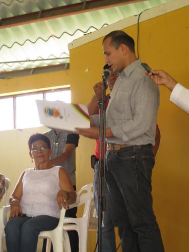 Concejal de Ibagué William Rosas del Movimiento Progresistas al hacer entrega de una Resolución de reconocimiento al semanario VOZ por los 55 años de existencia. Foto J.C.