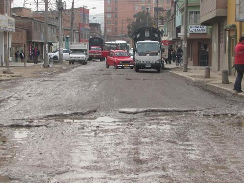 La avenida principal en la entrada de Bosa la Estación está en deplorables condiciones pese a los altos cobros de valorización. Foto Redacción Bogotá.