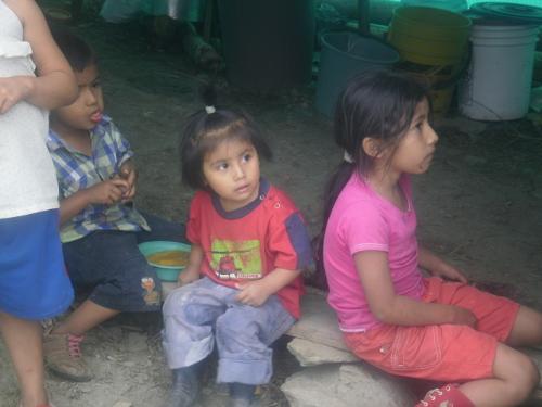 Niños inocentes en busca de vivienda digna. Foto Nelosi
