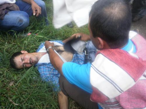 Uno de los heridos es atendido por sus propios compañeros