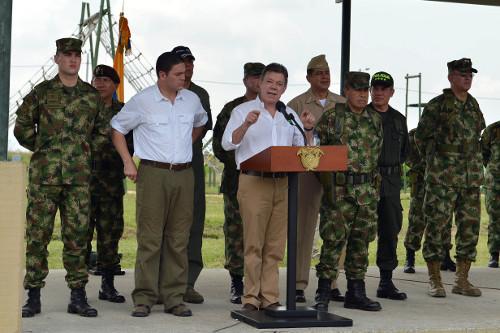 Juan Manuel Santos y Juan Carlos Pinzón con la cúpula militar. Foto Presidencia.