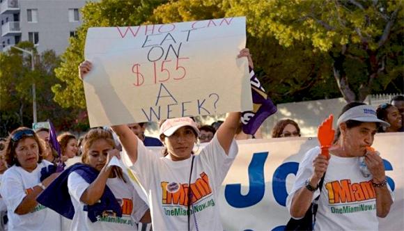 ¿Quién puede comer con 155 dólares por semana? Protesta en Miami.