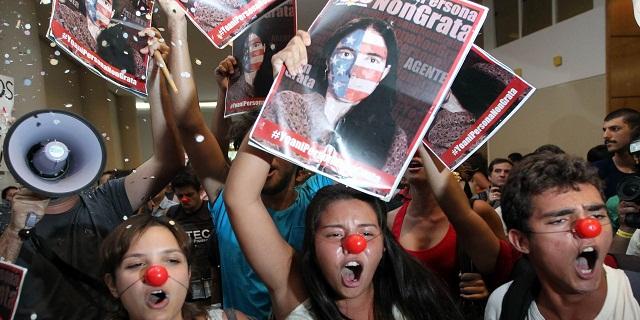 Partidarios de la revolución cubana protestan contra Sánchez en una reunión en São Paulo