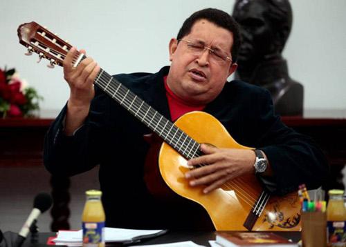 Hugo Chavez con guitarra