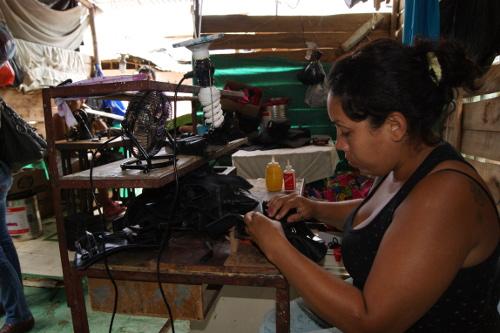 En Bucaramanga, empresas del sector de la confección pagan personal para que produzca mercancías desde sus casas, así evitan cualquier vínculo laboral y prestaciones de ley. Foto Juan Carlos Hurtado.