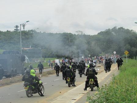 Enfrentamientos entre campesinos y el Esmad en la vía que conduce de San Vicente de Caguán a Florencia.