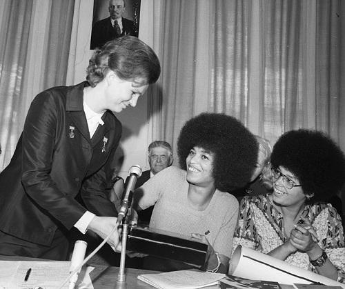 Valentina Tereshkova y la líder comunista afroestadounidense Angela Davis, en la URSS (1972)