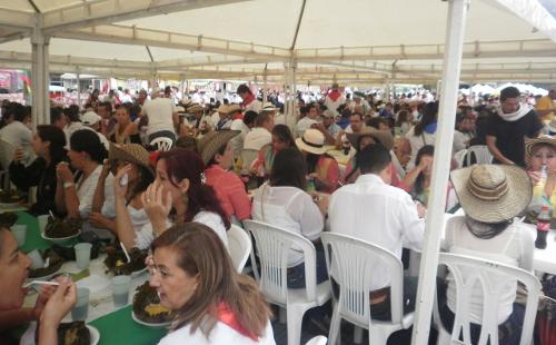 Tolimenses y turistas comiendo tamal en el parque Manuel Murillo Toro. Foto Nelosi