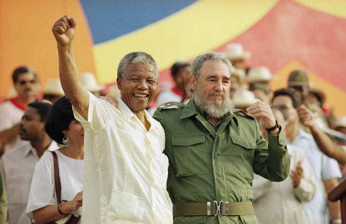 Nelson Mandela y Fidel Castro celebrando el 26 de Julio de 1991 en Cuba.