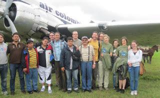 Los delegados internacionales posan con el director de VOZ, Carlos Lozano, frente al avión de 70 años de servicio que los llevó a La Macarena. Foto H.L.