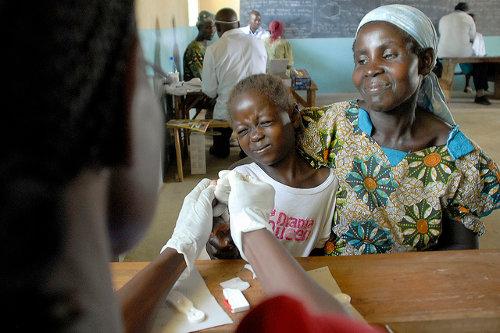 Un niño siendo vacunado contra la malaria