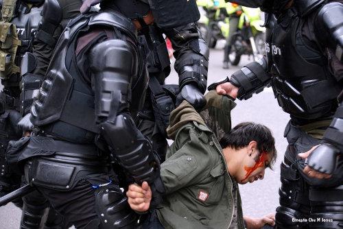 Escuadrones del Esmad reprimen a los ciudadanos.