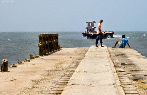 Muelle de Puerto Colombia, construido a finales del siglo XIX. Destrucción de un monumento histórico por la negligencia oficial.
