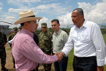 7 de marzo de 2009: El Presidente Álvaro Uribe Vélez saluda al Gobernador del Tolima, Óscar Barreto Quiroga, minutos antes de iniciarse, en Chaparral (Tolima), el Consejo Comunal de Gobierno número 227.