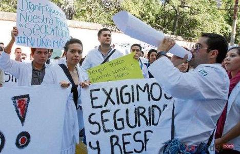 Durante dos ocasiones los estudiantes de medicina de la Universidad Tecnológica de Pereira han salido a las calles a protestar por la falta de garantías para hacer sus prácticas profesionales. Foto: Suministrada / La Tarde
