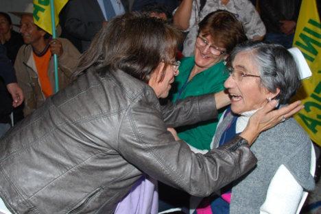Aída Avella saluda a Reina Pedraza de Posada, madre del inmolado Leonardo Posada. Foto Lara.