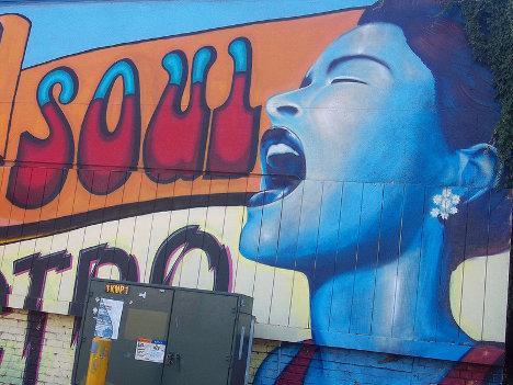 La cantante Billie Holiday, inmortalizada en una calle de Sacramento, California. Artistas: Shaun Turner and Daniel Osterhoff. Foto: Janice Marie Foote