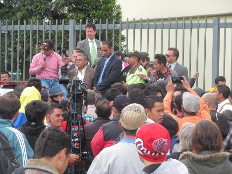 Gustavo Petro en el Portal de Suba. Foto Redacción Bogotá.