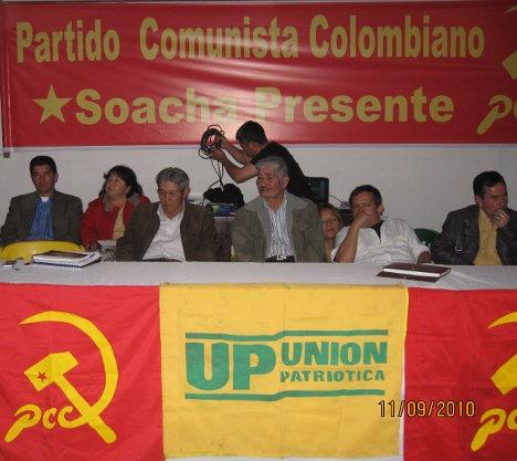 Armando Mahecha, de chaqueta gris, al centro de la mesa directiva, en la conmemoración del 80 aniversario del PCC en Soacha.