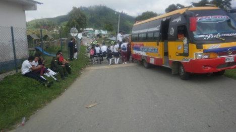 Estudiantes del colegio General Anzoátegui bloqueando la única vía de acceso a este municipio. Foto Nelosi