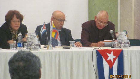 """En la fotografía, de izquierda a derecha Grizel Donéstevez Sánchez, Nelson Fajardo y Roberto Muñoz en el lanzamiento del libro """"La Economía Política Contemporánea"""". Foto Aradia."""