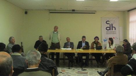 En la fotografía interviene Alonso Ojeda Awad. En la mesa directiva: Alpher Rojas, padre Gabriel izquierdo, Gelasio Cardona, representante Alirio Uribe, María Cardona de Caldas y María Camila Moreno.