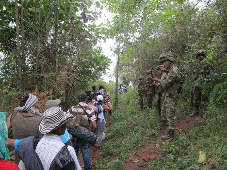 Campesinos con militares