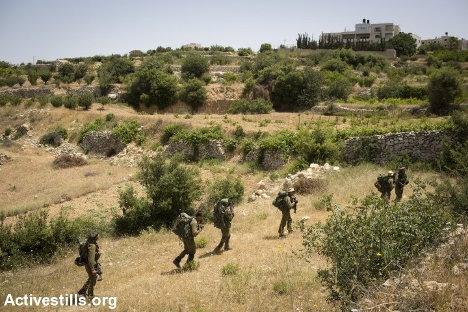 Soldados israelíes entran en la ciudad de Halhul, cerca de Hebrón, en la búsqueda de los tres adolescentes secuestrados. Foto: Activestills