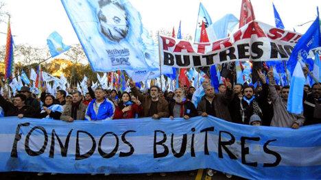Manifestantes, en Buenos Aires, rechazan la injerencia de los 'fondos buitre' en la economía nacional.