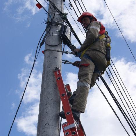 Trabajador de UNE Telecomunicaciones en Bogotá. Foto J.C.H.