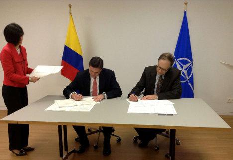 Juan Carlos Pinzón, ministro de Defensa, y el vicesecretario general de la OTAN, Alexander Vershbow, en la firma del acuerdo, junio 2013.