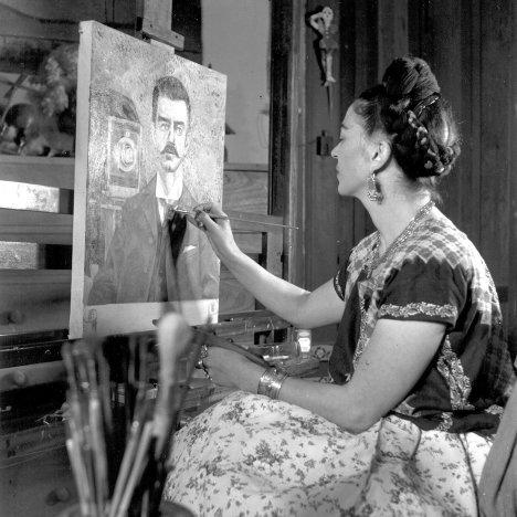 Frida Kahlo, en su estudio.
