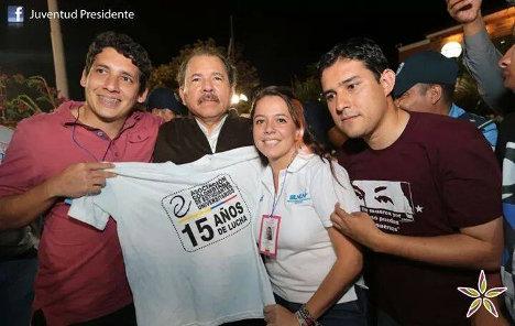 Delegación colombiana con el presidente nicaragüense, Daniel Ortega. De izquierda a derecha, Omar Gómez, Ortega, Mariana Ríos y Carlos Mario Restrepo.