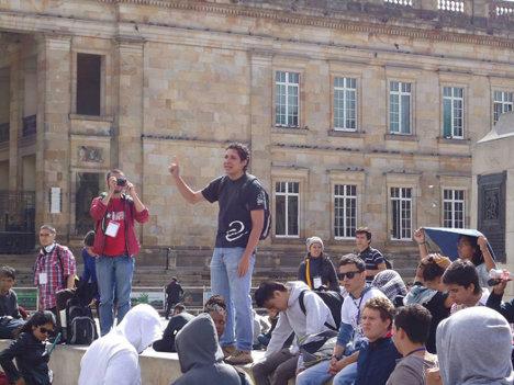 Dirigente estudiantil de la ACEU habla a los manifestantes en la Plaza de Bolívar de Bogotá. Foto archivo.
