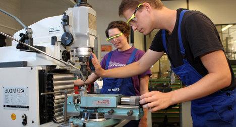 Jóvenes practicantes en una fábrica de la multinacional Siemens.