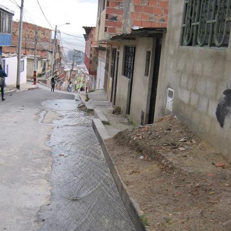 Corriente de aguas servidas amenaza la salud de los habitantes. Exigen solución inmediata al problema