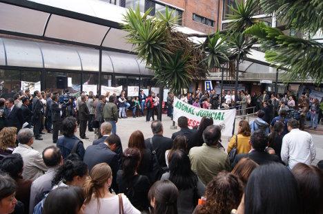 Manifestación de trabajadores de la justicia en la sede de Paloquemao en Bogotá. Foto archivo