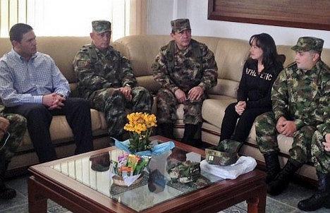 El brigadier general Rubén Darío Alzate, el cabo Jorge Rodríguez y la abogada Gloria Urrego en su primer encuentro con el MinDefensa. Los tres fueron capturados por las FARC el 17 de noviembre y entregados dos semanas después.