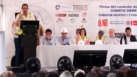 Firma de contratos de vías 4G con el empresario Luis Carlos Sarmiento Angulo, José Elías Melo, presidente de Corficolombiana y el vicepresidente Germán Vargas Lleras. Foto Vicepresidencia.