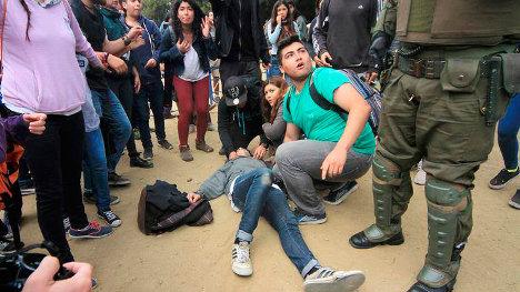 Los estudiantes tratan de auxiliar a su compañero herido de muerte