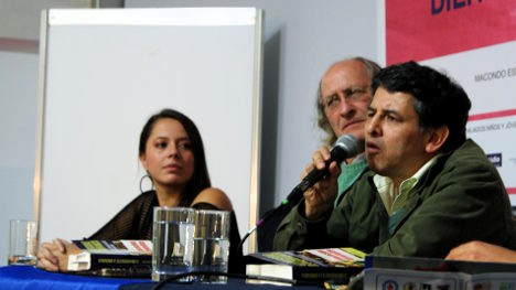 Habla el profesor Renán Vega, en el lanzamiento de su libro, acompañado de Sergio de Zubiría y Mariana Ríos de la editorial Teoría y Praxis. Foto Carolina.