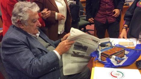 Pepe Mujica leyendo Voz 2015-3