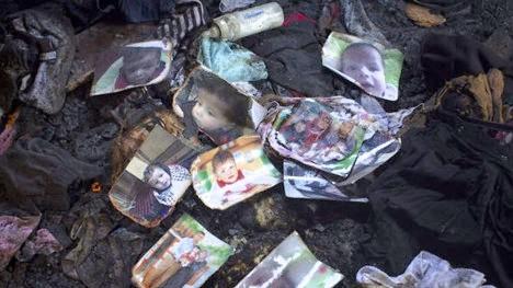 Fotos del niño palestino de 18 meses, Ali Saad Dawabsha, que murió cuando la casa de su familia fue incendiada por colonos judíos en la aldea cisjordana de Duma, se encuentran en el suelo de la casa quemada, 31 de julio de 2015. (Foto: Activestills )