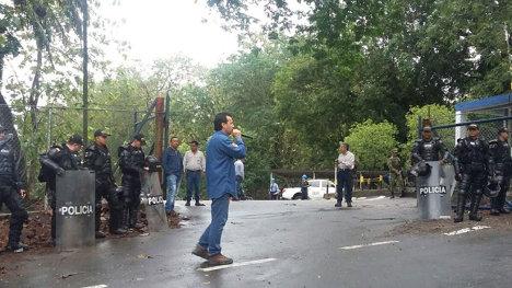Durante los días de huelga los campos de producción se encuentran con presencia de policía.