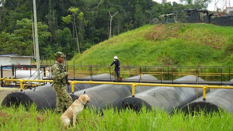 Militar colombiano cuidando las instalaciones de una multinacional.