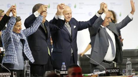 Los mandatarios que presidían la COP21 celebran con júbilo el acuerdo por unanimidad de la Declaración de París.
